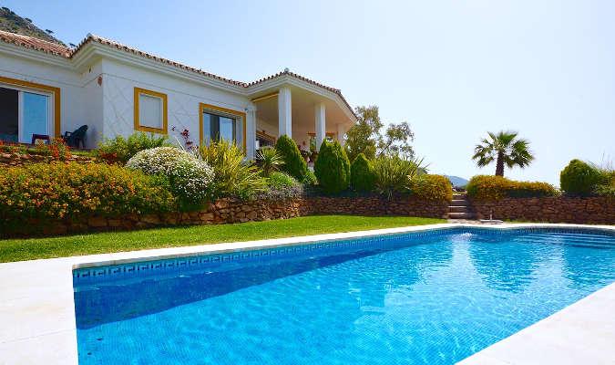 luxury home swimming pool